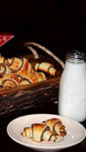 Обои Выпечка Молоко Круассан Бутылки На черном фоне Тарелка Еда