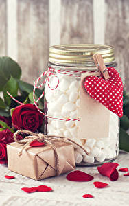 Картинки День святого Валентина Розы Бордовый Лепестки Сердце Подарки Банка Маршмэллоу Цветы