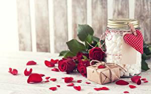 Картинки День святого Валентина Розы Бордовая Лепестков Серце Подарков Банка Маршмэллоу Цветы