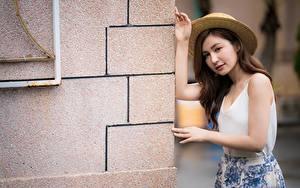 Фото Азиатки Позирует Руки Шляпы Шатенки молодые женщины