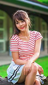 Фотография Азиаты Сидящие Шатенки Футболка Красивая молодые женщины