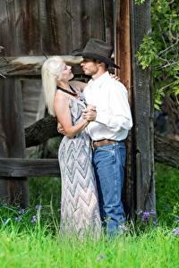 Фото Влюбленные пары Мужчина Женщины Шляпе Блондинки Траве Танцы