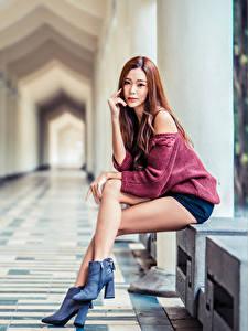 Фото Азиаты Размытый фон Сидя Ноги Смотрят Шатенки Девушки