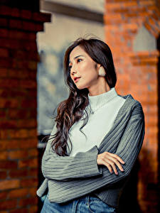 Фото Азиатки Поза Руки Взгляд молодая женщина