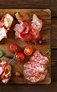 Картинки Мясные продукты Колбаса Ветчина Помидоры Разделочная доска
