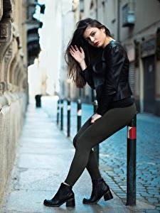 Фото Ester Merja Брюнеток Куртки Поза Рука Ног Luigi Malanetto молодые женщины