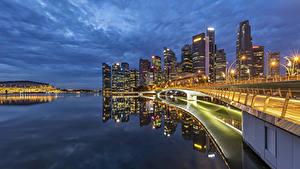 Картинка Сингапур Здания Мосты Вечер Залив Уличные фонари город
