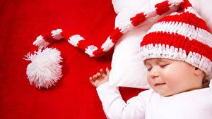 Картинки Младенцы Шапки Спящий Красном фоне Дети