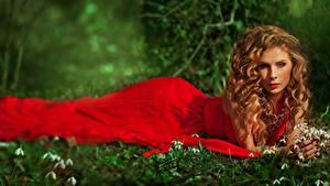 Фото Галантус Шатенка Платье Смотрит Красный молодые женщины