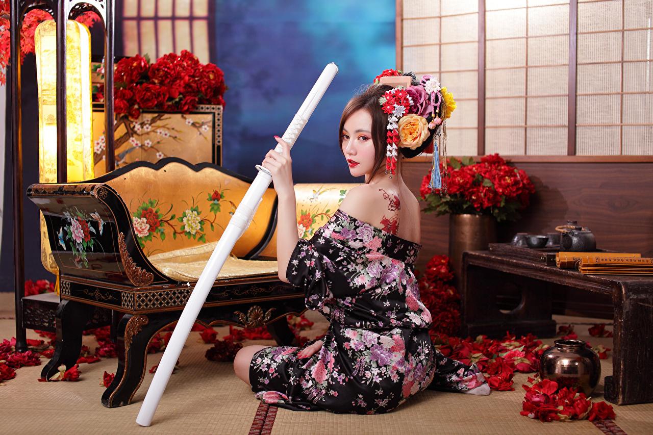 Картинки Катана Кимоно молодая женщина азиатки сидя девушка Девушки молодые женщины Азиаты азиатка Сидит сидящие