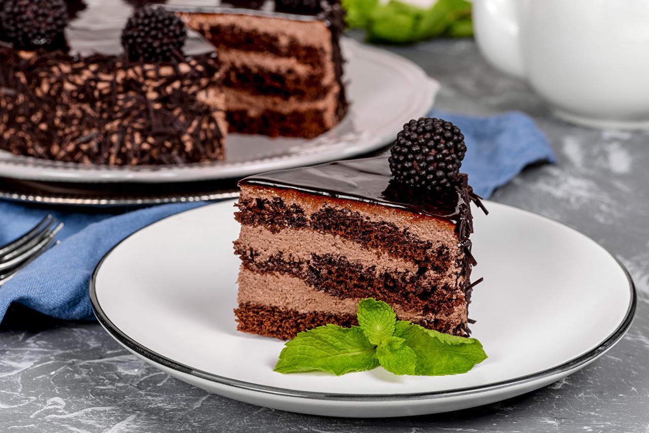 Фото Шоколад Торты часть Ежевика Еда Тарелка Пирожное Кусок кусочки кусочек Пища тарелке Продукты питания