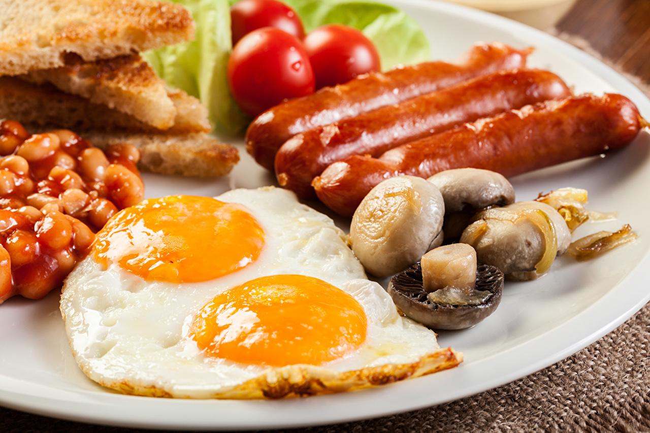 Фотография Яичница Грибы Сосиска Пища яичницы глазунья Еда Продукты питания
