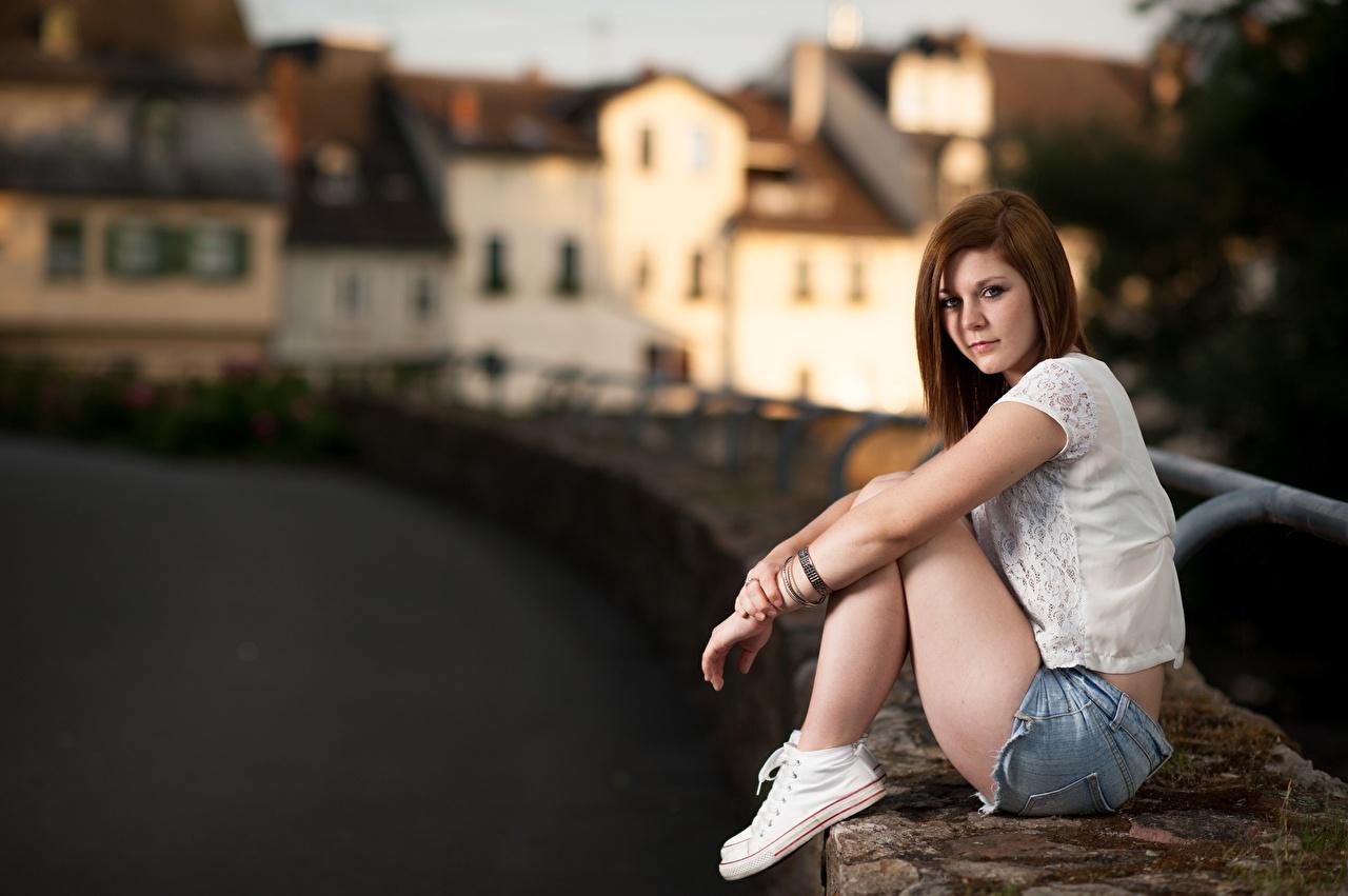 Обои для рабочего стола шатенки Размытый фон молодая женщина Руки Сидит Шорты Шатенка боке девушка Девушки молодые женщины рука сидя шорт шортах сидящие