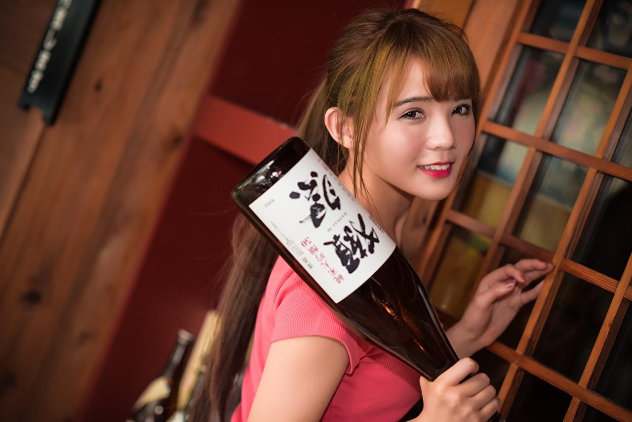 Фотографии шатенки улыбается Девушки азиатки Бутылка смотрит Шатенка Улыбка девушка молодые женщины молодая женщина Азиаты азиатка бутылки Взгляд смотрят