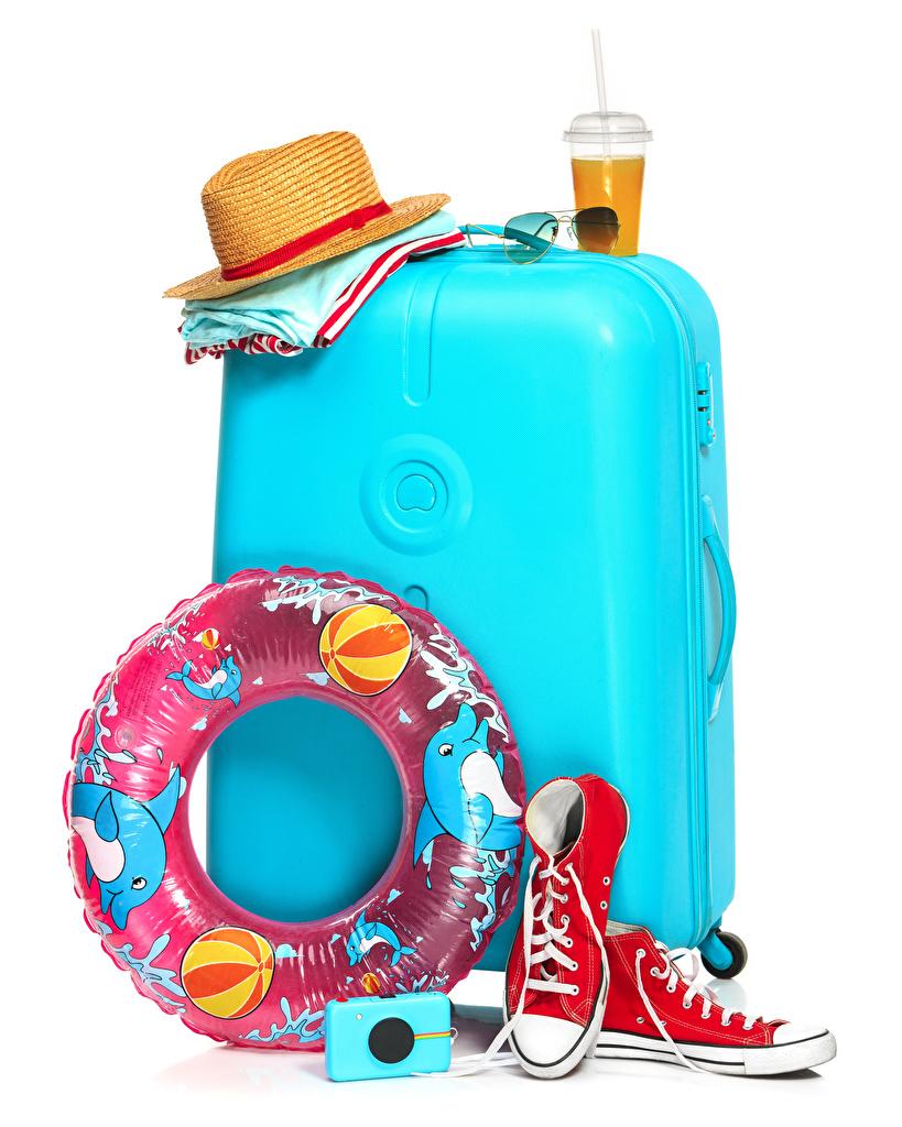 Картинки Туризм кедах шляпы Стакан Чемодан очках белым фоном напиток  для мобильного телефона Кеды кедами шляпе Шляпа стакана стакане чемоданы чемоданом Очки очков Белый фон белом фоне Напитки