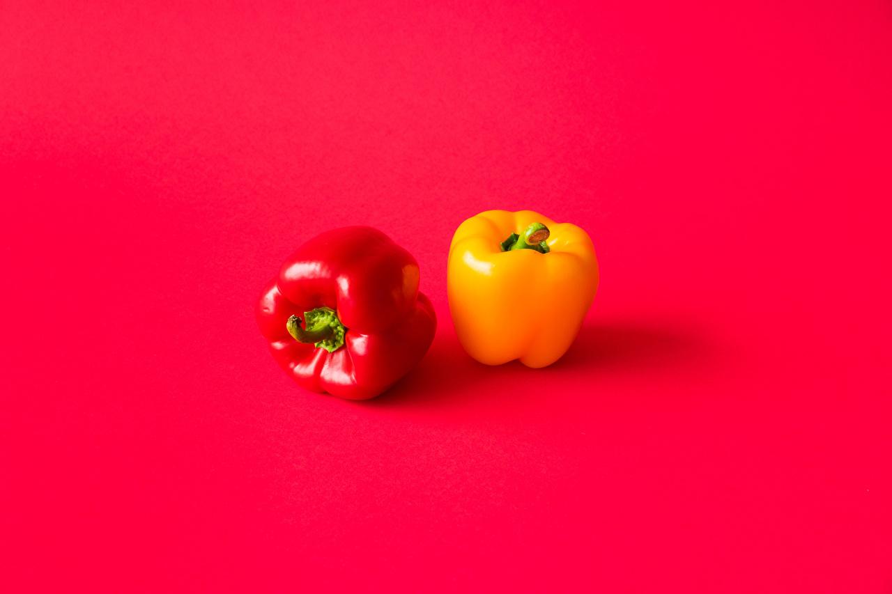Фотографии Двое Желтый Красный фон Пища Перец красные 2 два две желтая желтые желтых вдвоем красном фоне Еда перец овощной Продукты питания красная Красный красных