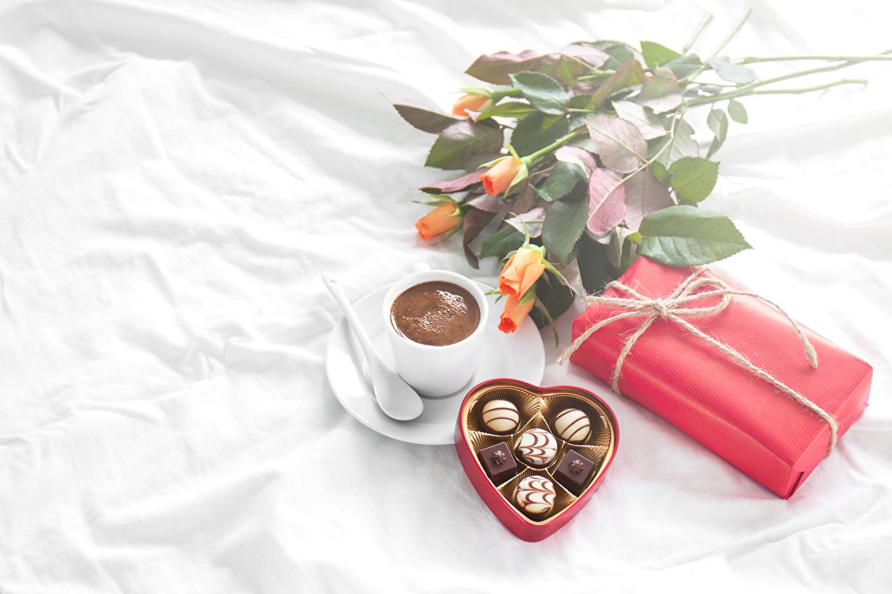 Картинка Сердце Шоколад Розы Кофе Конфеты Подарки Еда Чашка Натюрморт сердечко Пища Продукты питания