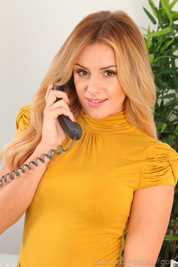 Картинки Amy Green Блондинка девушка Телефон рука смотрит  для мобильного телефона блондинок блондинки Девушки телефона телефоном молодые женщины молодая женщина Руки Взгляд смотрят