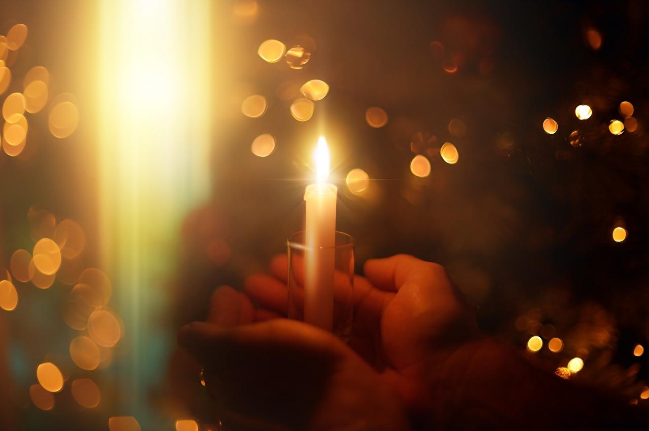 Картинка Огонь Руки Свечи Крупным планом пламя рука вблизи
