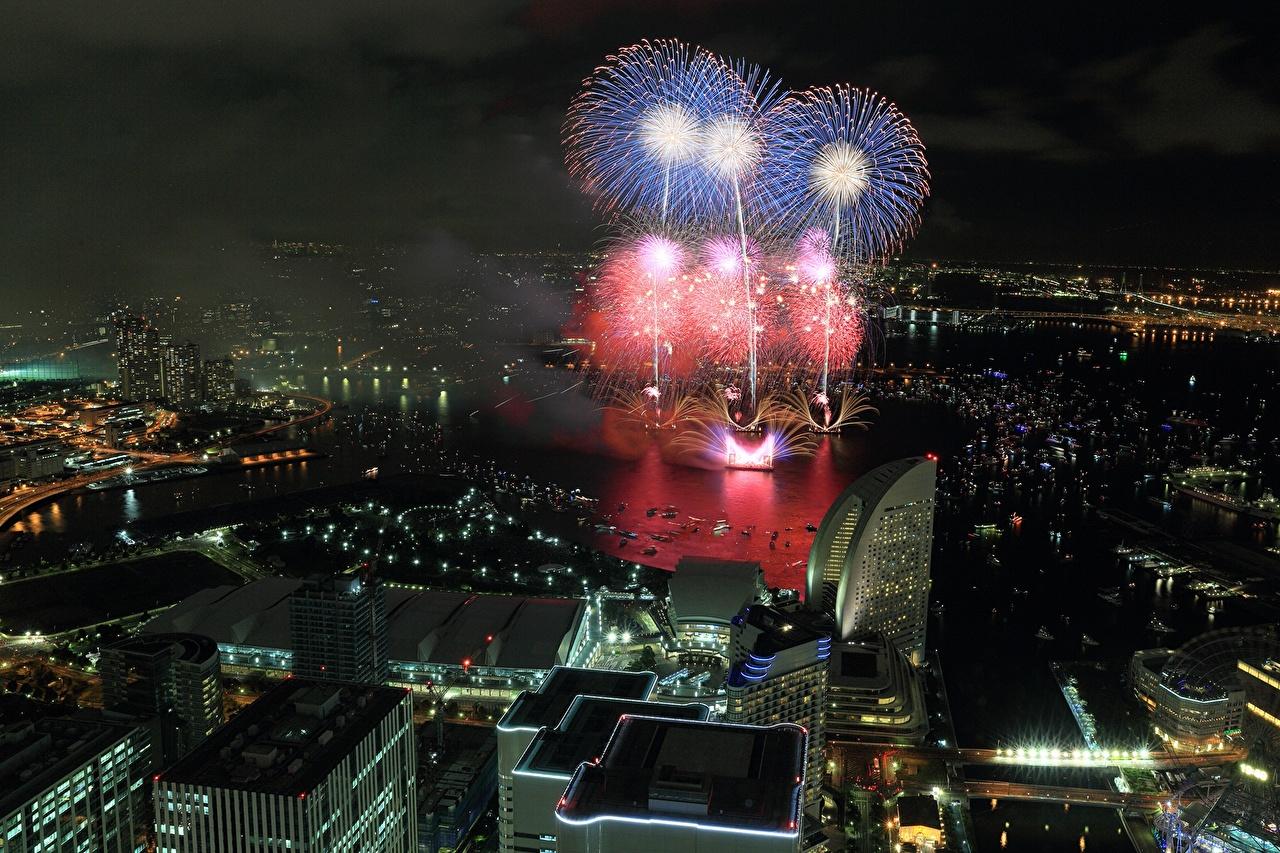 Картинка Япония фейерверк Yokohama Ночь Сверху Дома город Салют ночью в ночи Ночные Города Здания