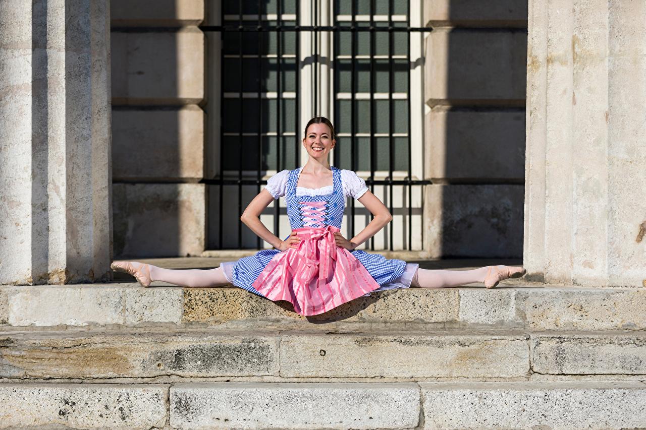 Фотографии Официантка балета шпагате Улыбка Lena Лестница молодые женщины Сидит Униформа платья официантки Балет Шпагат балете улыбается девушка Девушки лестницы молодая женщина сидя сидящие униформе Платье