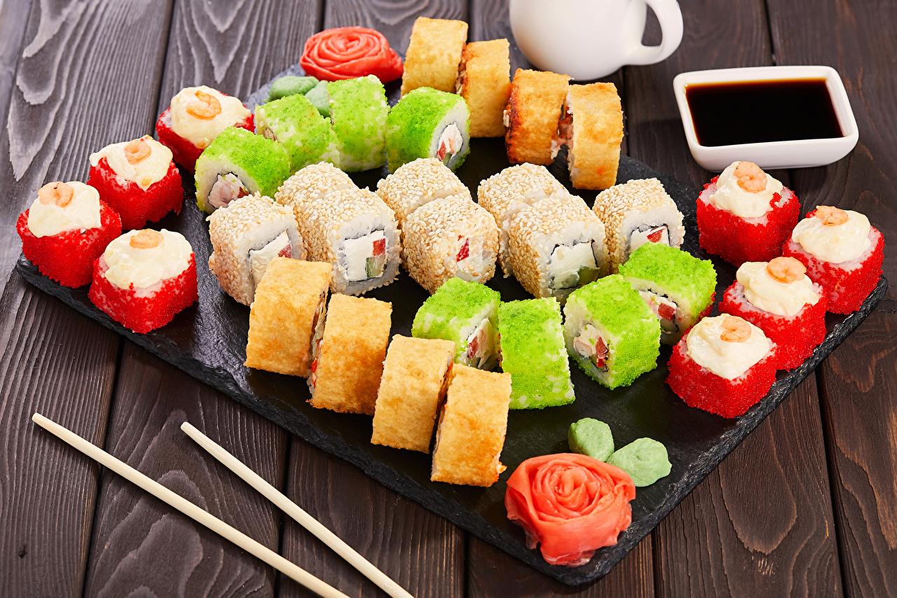 Картинка Пища Разноцветные суси Соевый соус Морепродукты Доски Еда Продукты питания Суши