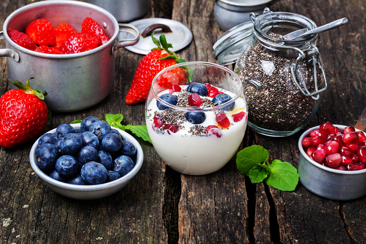 Обои Йогурт Зерна Гранат Черника Клубника Продукты питания Доски Еда Пища