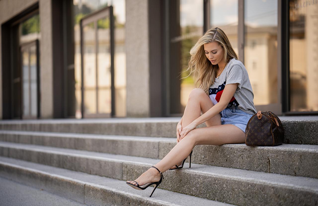 Картинка Блондинка Размытый фон Красивые Девушки Лестница ног Сумка сидящие блондинки блондинок боке красивая красивый девушка лестницы молодая женщина молодые женщины Ноги сидя Сидит