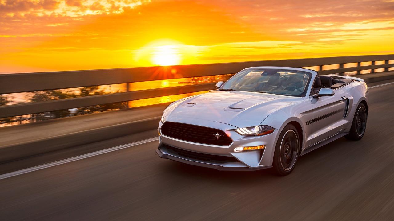Картинка Форд Mustang GT, California Special, 2019 Кабриолет Серебристый едущая Рассветы и закаты автомобиль Ford кабриолета серебряный серебряная серебристая едет едущий скорость Движение рассвет и закат авто машины машина Автомобили