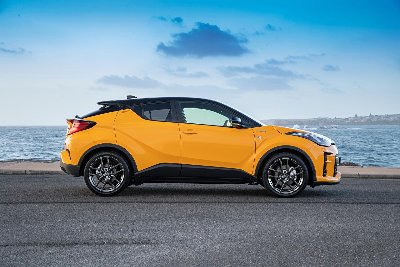 Картинки Тойота Кроссовер C-HR Hybrid GR Sport, AU-spec, 2020 Гибридный автомобиль желтая Сбоку Металлик Автомобили Toyota CUV Желтый желтые желтых авто машины машина автомобиль