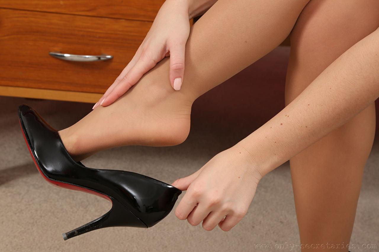 Фотография Колготки девушка Ноги Руки вблизи туфлях колготок колготках Девушки молодая женщина молодые женщины ног рука Крупным планом Туфли туфель