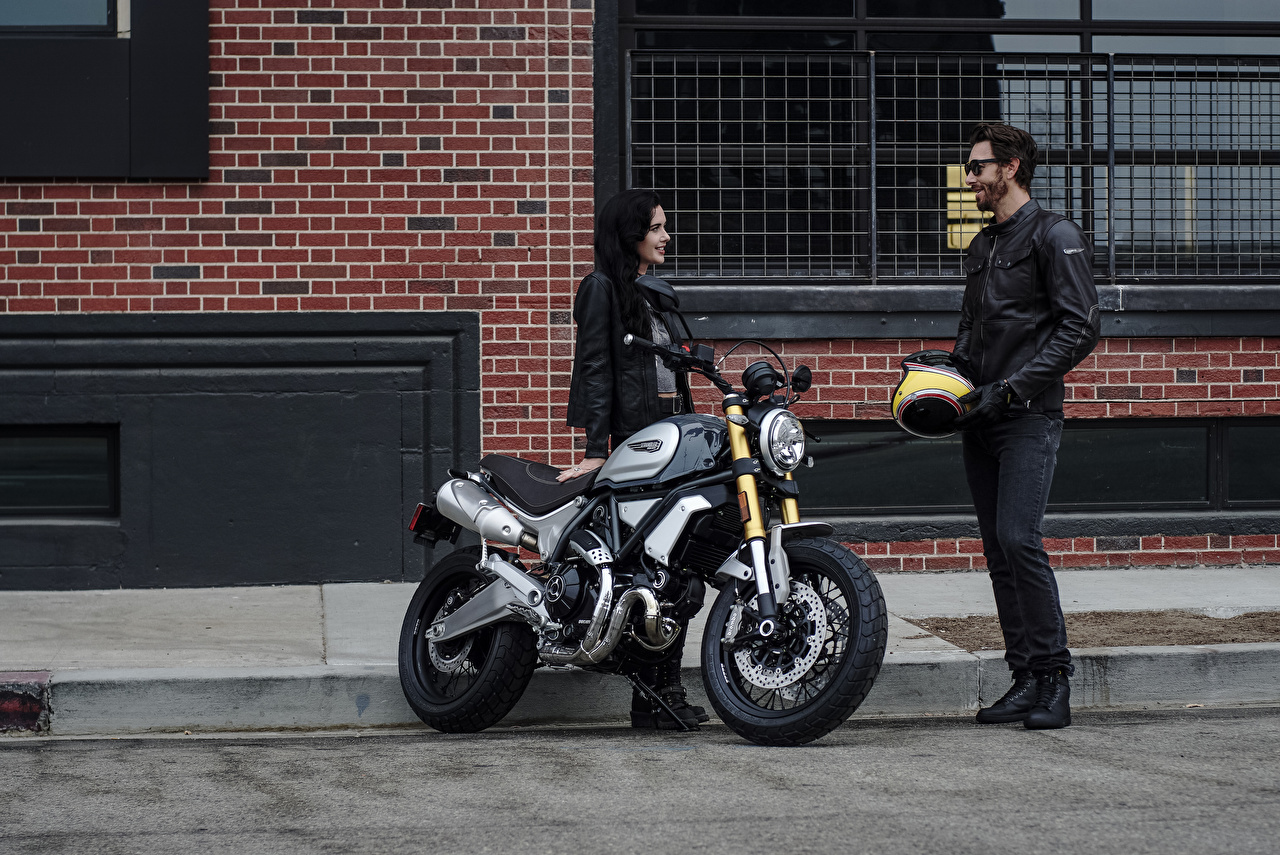 Обои Дукати 2018 Scrambler 1100 Special две Девушки Мотоциклы Мотоциклист Ducati 2 два Двое вдвоем
