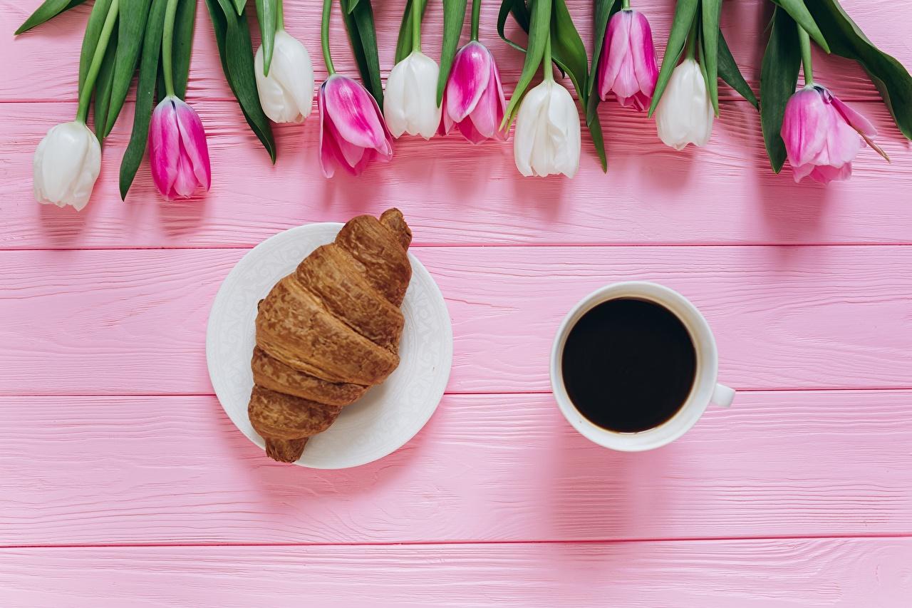 Обои для рабочего стола Кофе тюльпан Круассан Цветы Еда Чашка Тюльпаны цветок Пища чашке Продукты питания