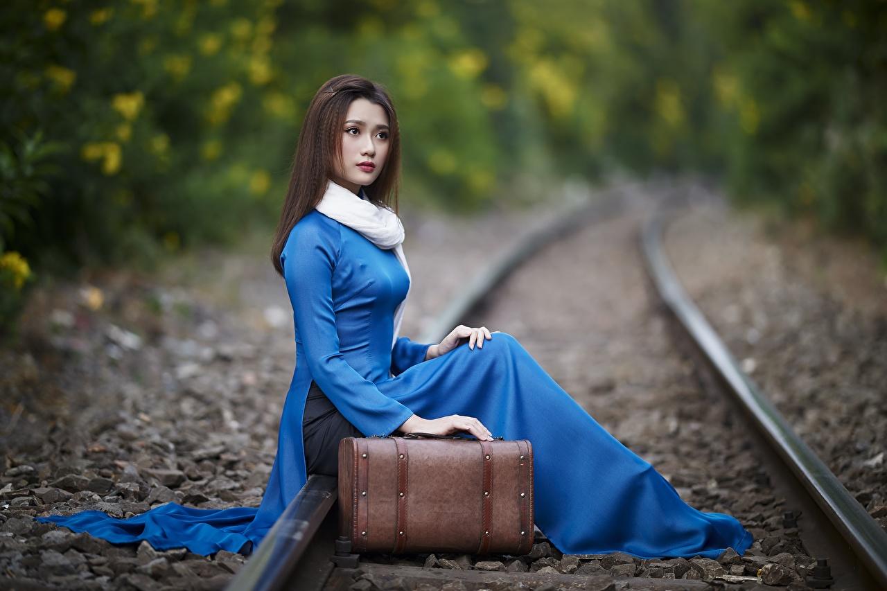 Картинка рельсах боке Девушки азиатка Чемодан Сидит Рельсы Размытый фон девушка молодая женщина молодые женщины Азиаты азиатки чемоданы чемоданом сидя сидящие