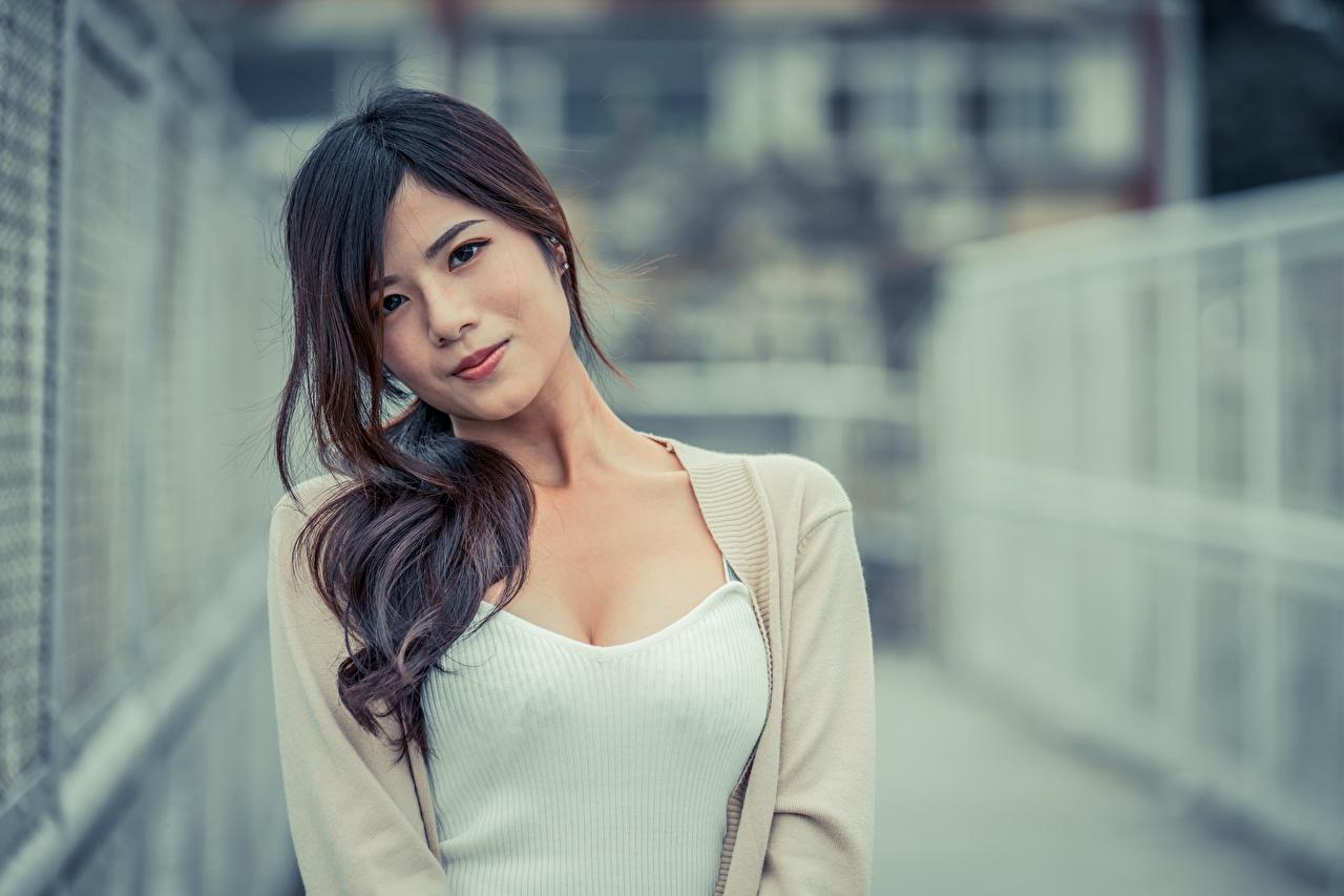 Фотографии брюнеток Размытый фон молодая женщина Азиаты смотрит Брюнетка брюнетки боке девушка Девушки молодые женщины азиатка азиатки Взгляд смотрят