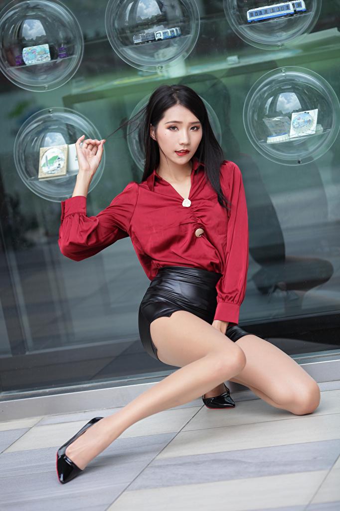 Фотографии Юбка Блузка девушка ног азиатки сидящие Взгляд  для мобильного телефона юбки юбке Девушки молодая женщина молодые женщины Ноги Азиаты азиатка сидя Сидит смотрит смотрят
