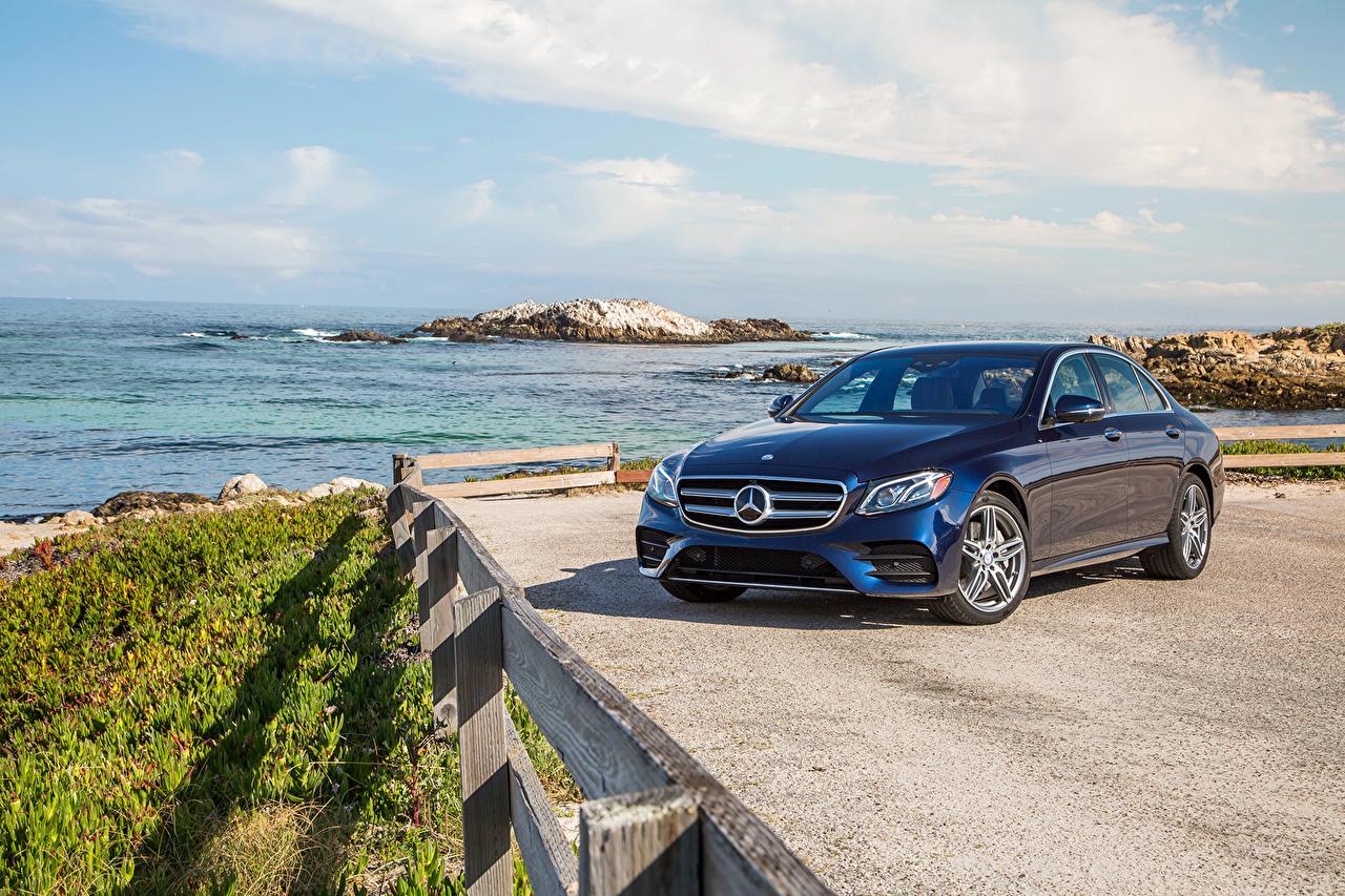 Обои для рабочего стола Мерседес бенц 2017 E 300 4MATIC AMG Line синяя берег Металлик Автомобили Mercedes-Benz синих синие Синий авто машина машины Побережье автомобиль