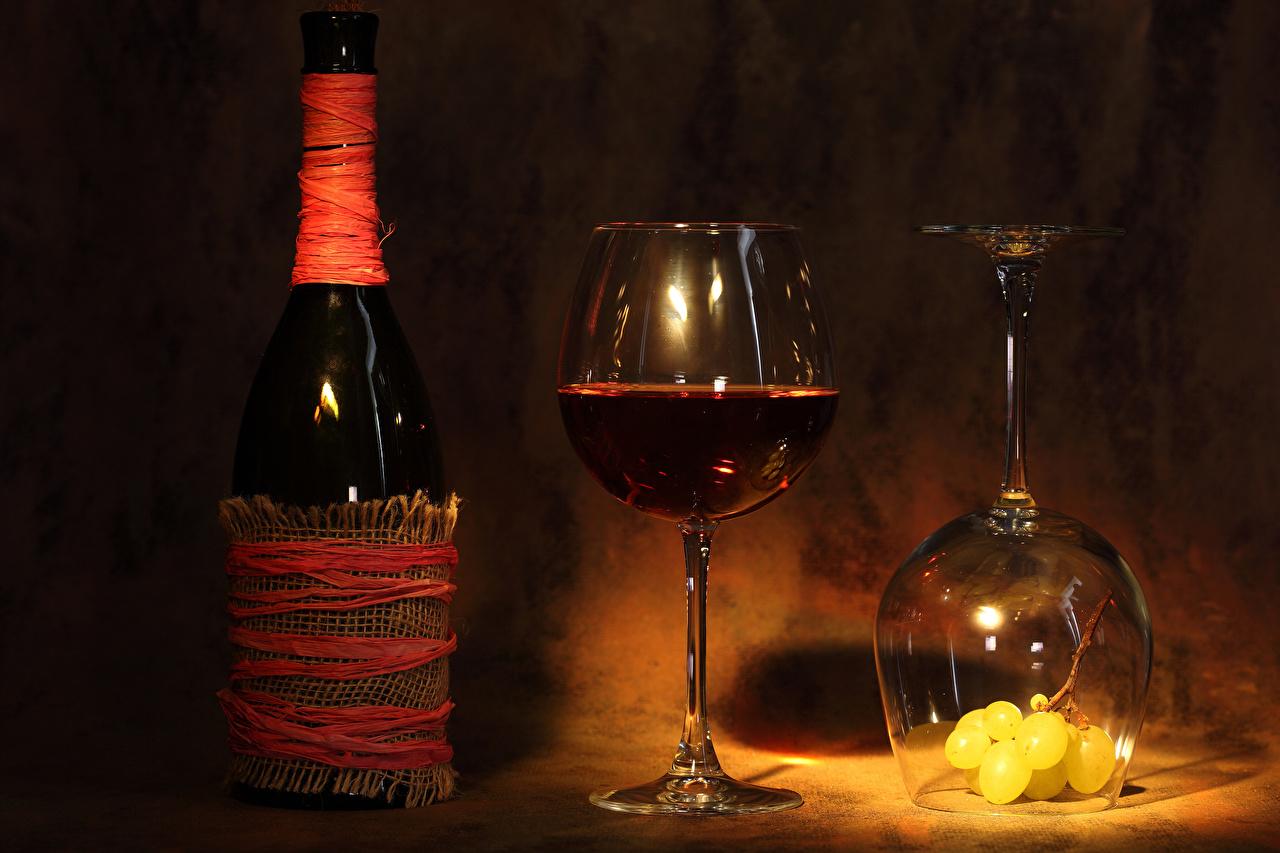 Фотография Двое Вино Виноград Бокалы Бутылка Продукты питания 2 вдвоем Еда Пища