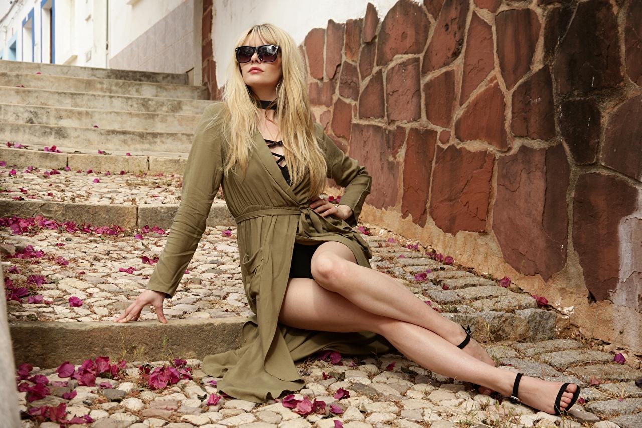 Фото блондинки Carla Monaco Красивые Волосы Девушки лестницы Ноги Очки Сидит блондинок Блондинка красивый красивая волос девушка Лестница молодые женщины молодая женщина ног сидя очках очков сидящие