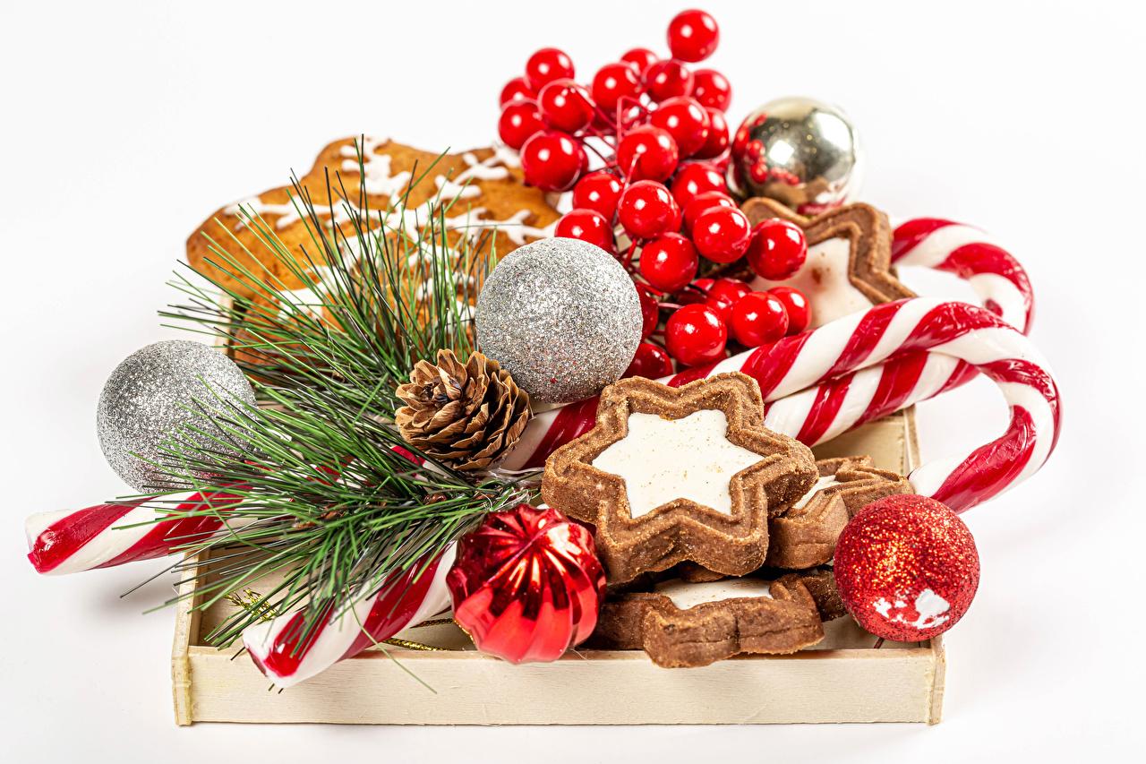 Фотография Рождество Леденцы Шар Ягоды Ветки Шишки Печенье Продукты питания белым фоном Новый год Еда Пища ветвь ветка шишка Шарики на ветке Белый фон белом фоне