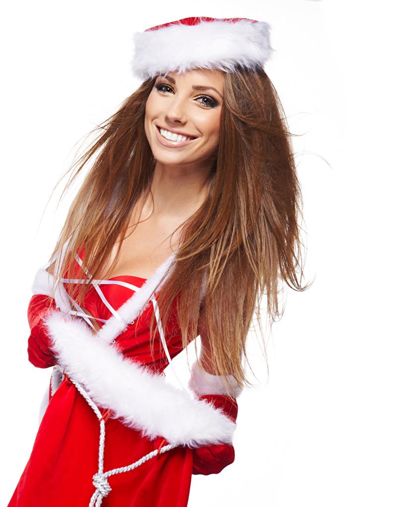 Обои Шатенка Новый год Улыбка молодая женщина Униформа белом фоне шатенки Рождество улыбается девушка Девушки молодые женщины униформе Белый фон белым фоном