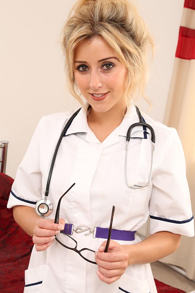 Картинка Frankie Babe Блондинка Медсестра милая молодые женщины рука очков Униформа Взгляд  для мобильного телефона блондинок блондинки медсестры Милые милый Миленькие девушка Девушки молодая женщина Очки Руки очках униформе смотрят смотрит