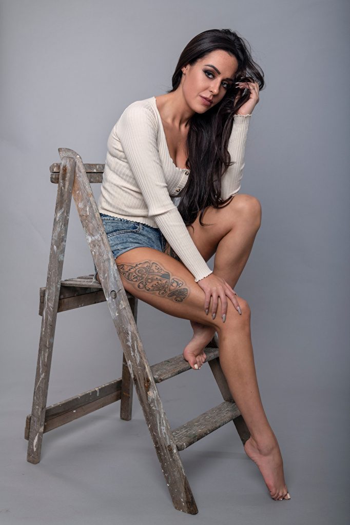 Фото тату Брюнетка Rebecca позирует молодые женщины ног сидящие смотрит  для мобильного телефона Татуировки татуировка брюнетки брюнеток Поза девушка Девушки молодая женщина Ноги сидя Сидит Взгляд смотрят