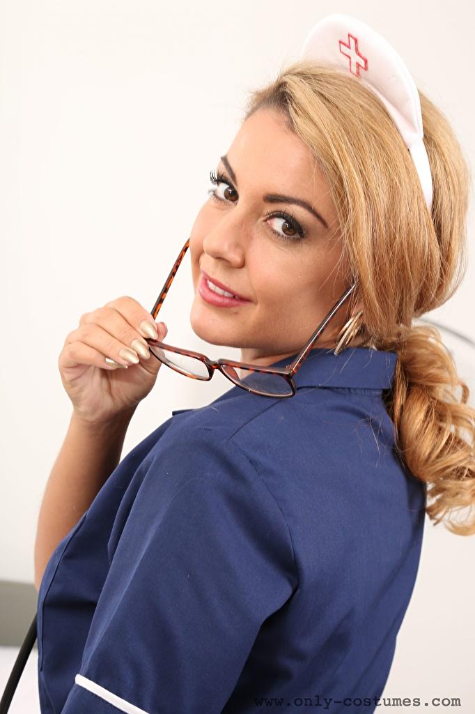 Обои для рабочего стола Bryoni-Kate Williams Русые Медсестра молодые женщины Очки Взгляд  для мобильного телефона русая русых медсестры девушка Девушки молодая женщина очках очков смотрят смотрит