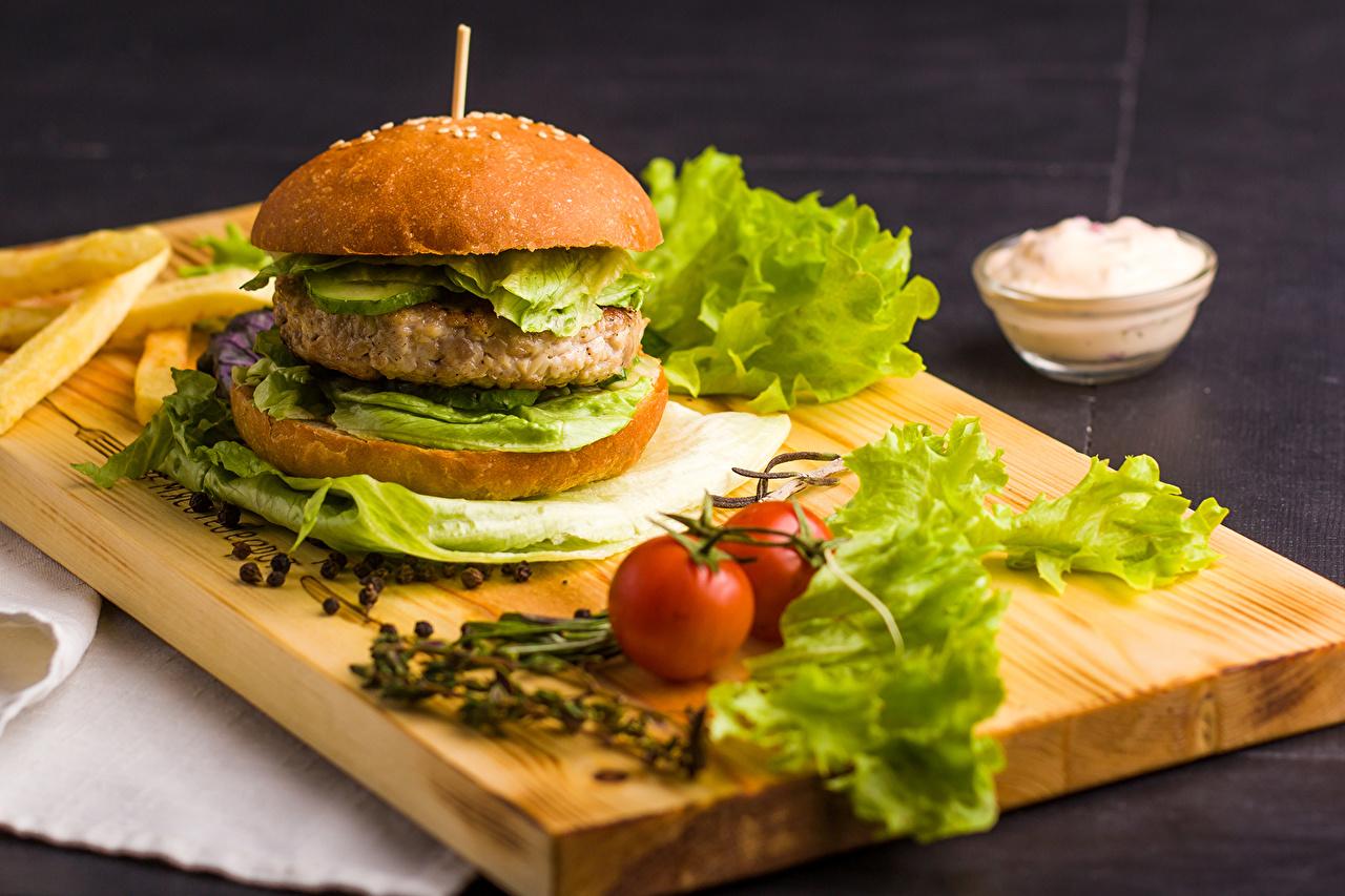 Картинка Гамбургер Быстрое питание Еда Овощи Разделочная доска Фастфуд Пища Продукты питания разделочной доске
