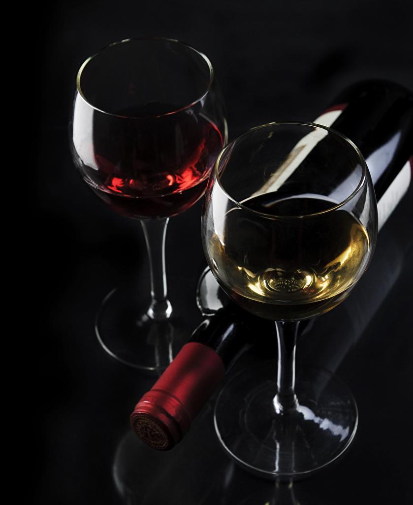 Обои для рабочего стола Вино Пища Бокалы бутылки на черном фоне  для мобильного телефона Еда бокал Бутылка Продукты питания Черный фон