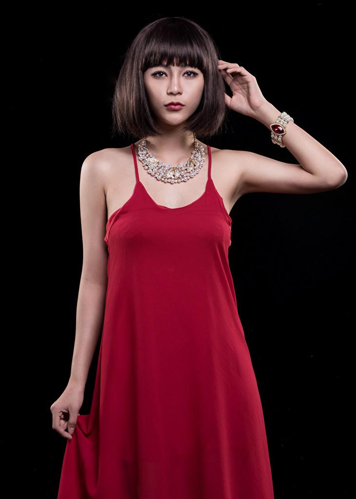 Фотография Девушки ожерелья Азиаты смотрит Черный фон Платье  для мобильного телефона девушка Ожерелье ожерельем молодая женщина молодые женщины азиатки азиатка Взгляд смотрят на черном фоне платья