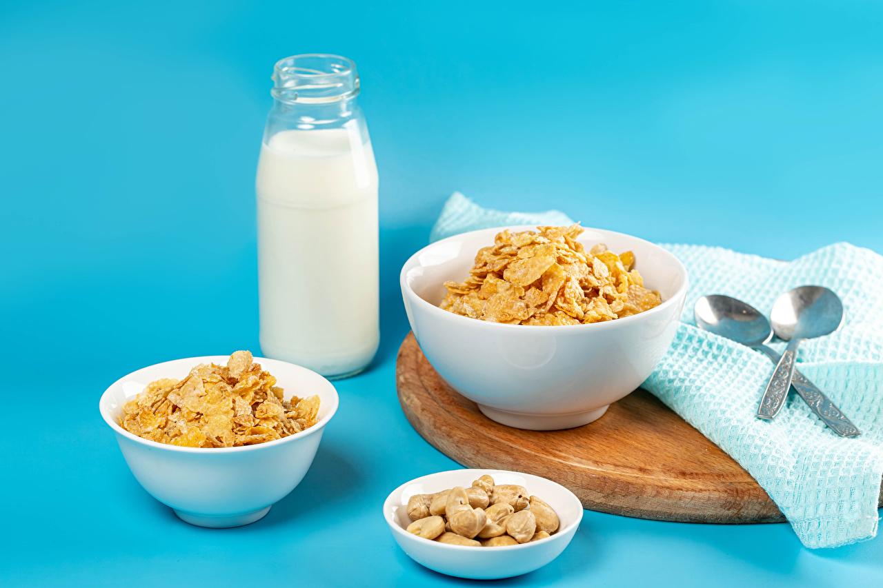 Картинки Молоко Еда Мюсли ложки бутылки Орехи Цветной фон Пища Ложка Бутылка Продукты питания