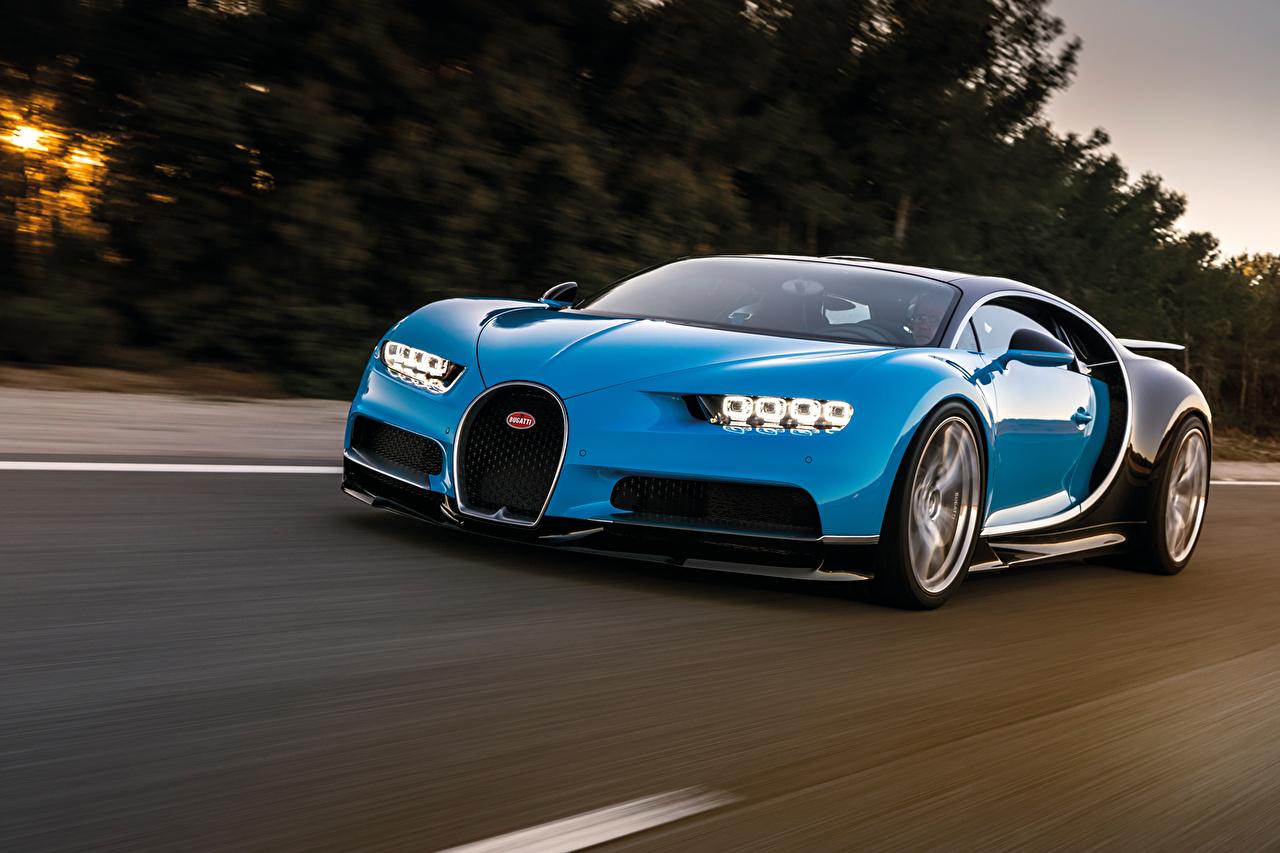 Обои для рабочего стола BUGATTI Chiron голубая Движение автомобиль голубых голубые Голубой едет едущий едущая скорость авто машина машины Автомобили