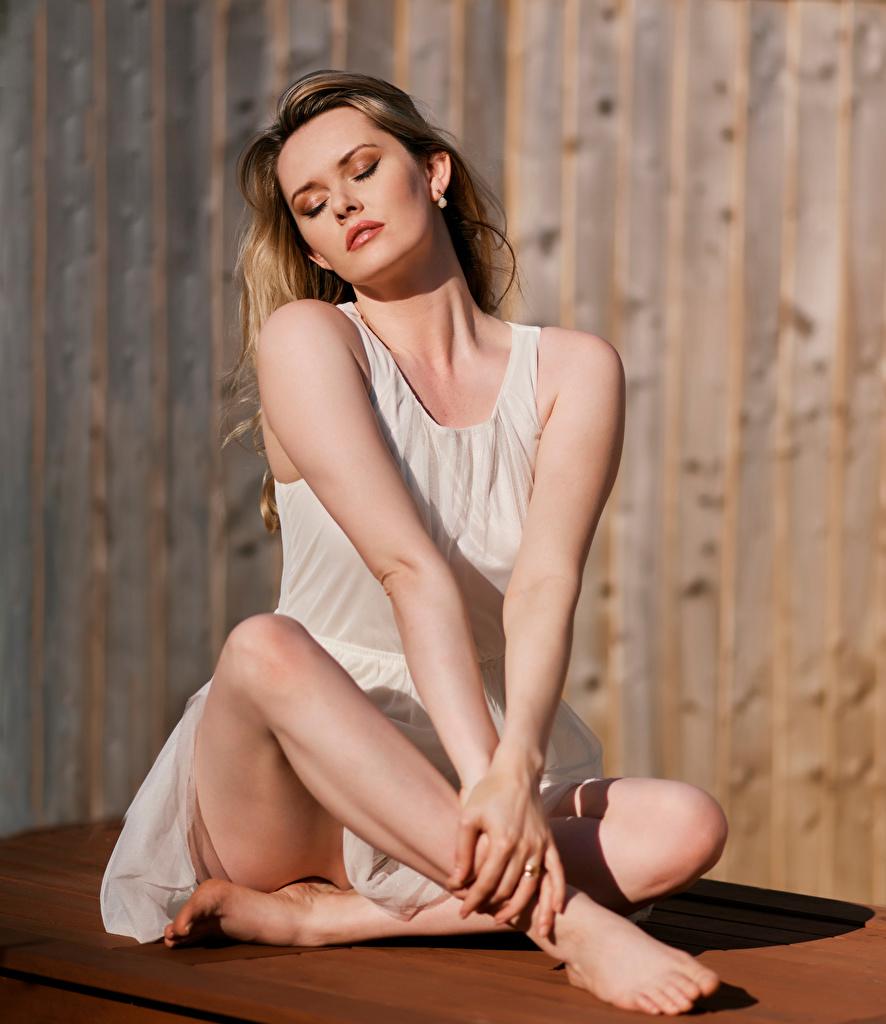 Фотографии Carla Monaco Девушки Ноги Сидит Платье девушка молодая женщина молодые женщины ног сидя сидящие платья